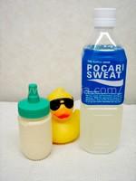 プロテイン入り容器とペットボトル